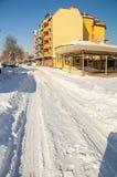 在多雪的保加利亚人波摩莱,冬天的沿海Yavorov街 库存照片