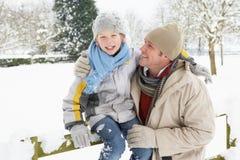 在多雪的儿子身分之外的父亲横向 免版税库存图片