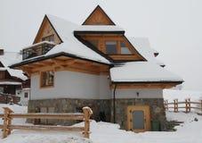 在多雪的冬天季节的村庄 免版税库存照片