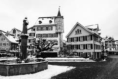 在多雪的冬天期间,圣加连,瑞士的老部分 黑色白色 免版税图库摄影
