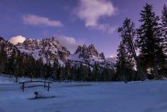 在多雪的冬天谷的明亮的夜在高山滑雪胜地 免版税库存图片