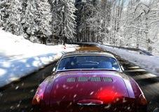 在多雪的冬天路的移动的汽车 免版税库存照片