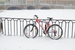 在多雪的天气的街道上 免版税库存照片