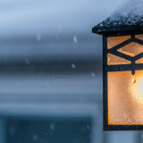 在多雪的天气的门廊光 图库摄影