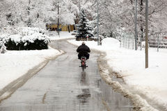 在多雪的天气的仔细的主驱动电动机 库存照片