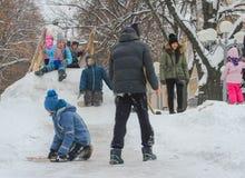 在多雪的小山的儿童喜跳 免版税库存照片