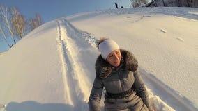 在多雪的小山的愉快的女孩骑马 慢的行动 斯诺伊冬天横向 户外运动 股票视频