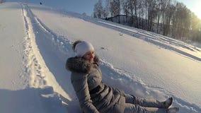 在多雪的小山的愉快的女孩骑马 慢的行动 斯诺伊冬天横向 户外运动 股票录像