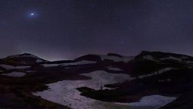 在多雪的小山的星 免版税库存图片
