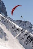 在多雪的山上的滑翔伞 免版税库存图片