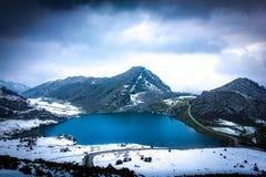 在多雪的山中的湖 免版税图库摄影