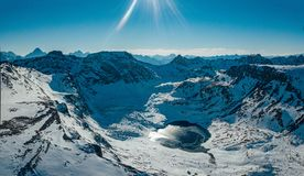 在多雪的山中的Cold冻高地湖,Arkhyz,高加索,俄罗斯 免版税图库摄影