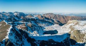在多雪的山中的Cold冻高地湖,Arkhyz,高加索,俄罗斯 免版税库存图片