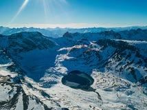 在多雪的山中的Cold冻高地湖,Arkhyz,高加索,俄罗斯 图库摄影