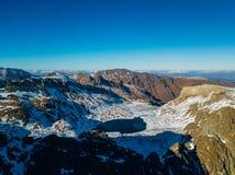 在多雪的山中的Cold冻高地湖,Arkhyz,高加索,俄罗斯 库存照片