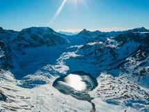 在多雪的山中的Cold冻高地湖,Arkhyz,高加索,俄罗斯 免版税库存照片