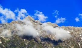 在多雪的山的云彩在Manali附近在喜马拉雅山 库存照片