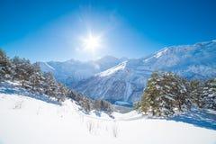 在多雪的山的冬日风景 图库摄影