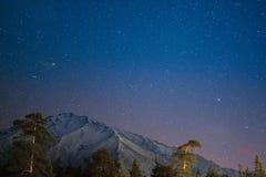 在多雪的山的夜 免版税库存照片
