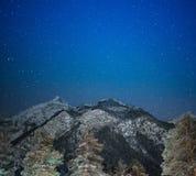 在多雪的山的夜 免版税图库摄影