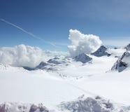 在多雪的山的天空 库存照片