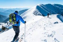 在多雪的山的小组skialpinists 免版税图库摄影