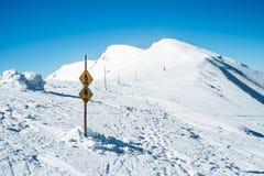 在多雪的山的方式 库存图片