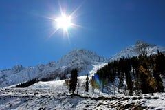 在多雪的山的日出在克什米尔在印度 免版税库存图片
