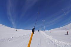 在多雪的山的滑雪电缆车 库存图片