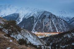 在多雪的山的美好的微明 库存图片