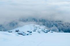 在多雪的山的被放弃的小屋 免版税库存照片