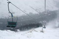 在多雪的山的起重器 免版税库存照片