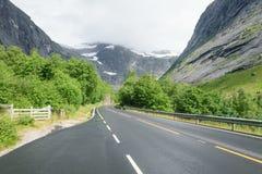 在多雪的山的路 免版税库存图片