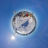 在多雪的山的360对球状全景夫妇 库存图片