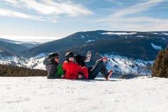 在多雪的山的年轻愉快的夫妇,捷克语 免版税库存图片