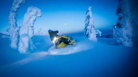 在多雪的山的满月作为雪上电车通过雕刻得 库存图片