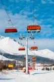 在多雪的山背景的驾空滑车在高Tatras的 免版税图库摄影