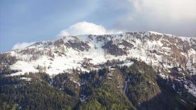 在多雪的山顶录影的云彩 影视素材