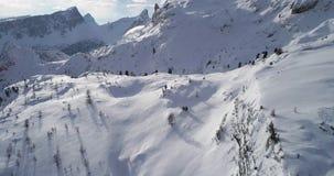 在多雪的平原和雪谷的向前天线在Cinque Torri登上 与多云天空的晴天 冬天白云岩 股票视频