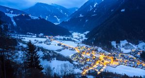 在多雪的村庄的顶视图在晚上南提洛尔luesen谷它 免版税图库摄影