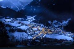 在多雪的村庄的顶视图在晚上南提洛尔luesen谷它 免版税库存照片