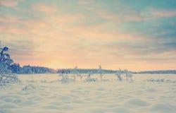 在多雪的湖的日落有Instagram样式过滤器的 免版税库存图片