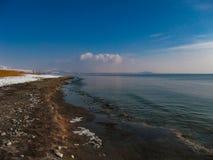在多雪的湖边的美丽的景色 库存图片