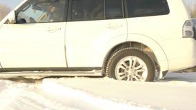 在多雪的白色SUV路 影视素材