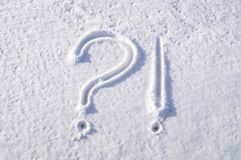 在多雪的窗口的图片 标志-问题和惊叹号 免版税图库摄影