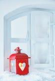 在多雪的窗台的圣诞节灯笼 免版税库存图片