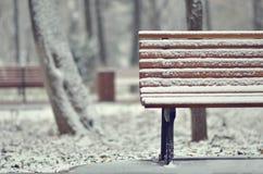 在多雪的简单的长木凳 库存图片