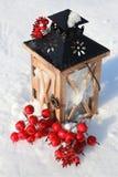 在多雪的背景的圣诞节灯笼 库存图片