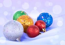 在多雪的背景的圣诞节玩具 库存照片