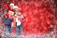 在多雪的背景的愉快的圣诞节夫妇。 库存图片